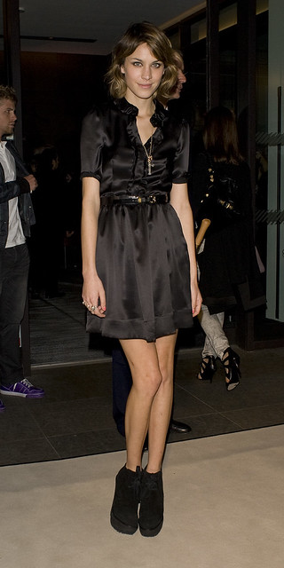 celebrity-paradise.com-The_Elder-Alexa_Chung_2009-09-22_-_at_Burberry_820