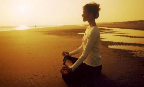 Meditación en la playa con el Sol