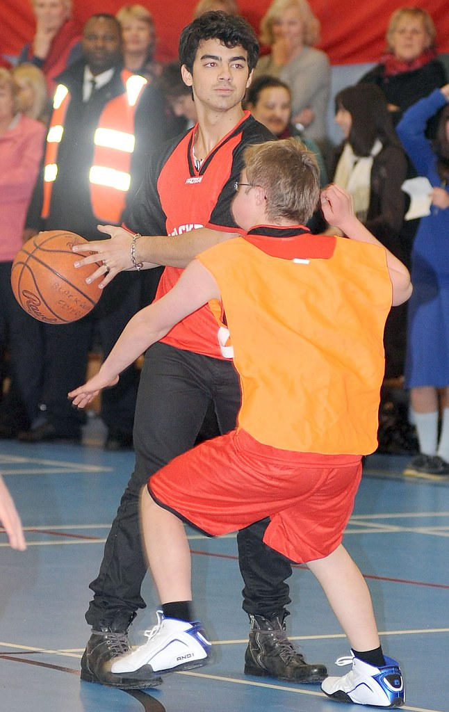 joe-jonas-special-olympics-basketball%20(1)