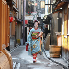 Kyoto (momoyama) Tags: street city morning travel blue winter people girl japan walking asian japanese kyoto asia december traditional culture 85mm maiko geiko geisha    kimono pontocho chizu ef85mmf18  impressedbeauty