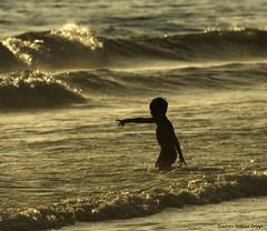 Juegos de Playa (anthias2001) Tags: sea beach sepia atardecer mar nikon play juegos playa midnight d200 tarifa orilla cdgexplorer