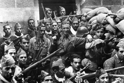 Roman Karmen posa con milicianos en Toledo el 25-9-1936 durante el asedio al Alcázar
