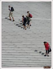 Ascension vers le Col des Nuages (dja 1 abandon) (Philippe2032 from Paris) Tags: people stairs grande escalier escaleras ladfense arche marches grandearchedeladefense