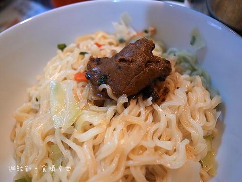 味王牛肉拌拌麵醬仔細看