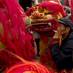 Man wioth cigarette and dragon at funerals, China (Eric Lafforgue) Tags: china dragon  kina chin cina chine xina    tiongkok  chiny  kna in   trungquc na   kitajska tsina       a0006724