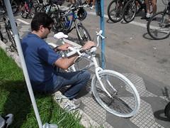 Ghost bike para Fernando e Antonio - irmão de Fernando escreve uma mensagem na bike.