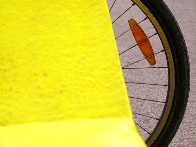 bicicleta escondida com roda de fora