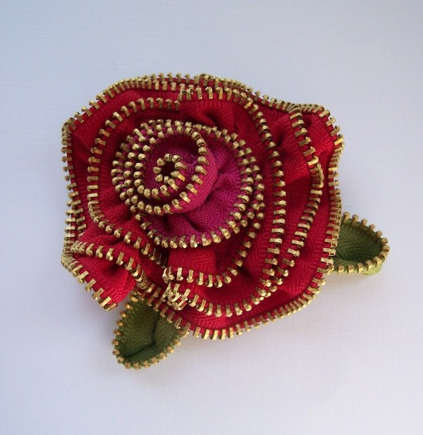 Zippinning rose brooch