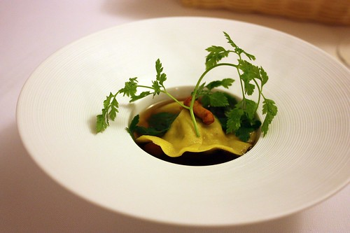 Vyvar z holoubete s raviolou s liskama a pistaciema