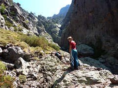 Falaise de Tana di l'Orsu : arrivée au fond du cirque pour Caro - La falaise à franchir est à gauche