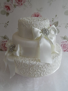 Swirls and brooches cake by Cotton and Crumbs