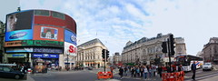 SOHO pano. (mariona hug) Tags: blue red people london alex gente pano dia londres ppl vermell blau 2009 llum mariona edificis nubols cartells shoho