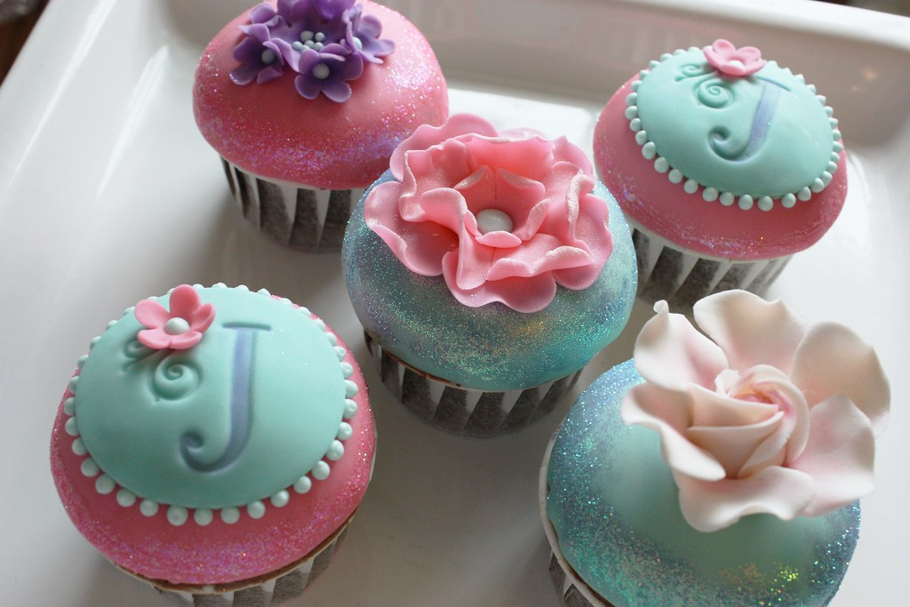 Cupcakes Take The Cake: Flower cupcakes