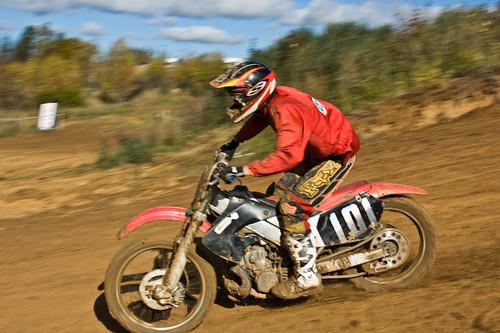 кроссовый мотоцикл на гонке