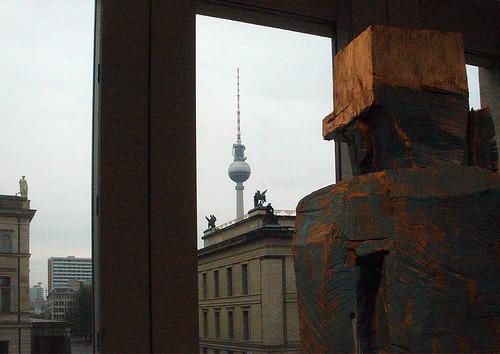 Ein grober Baselitz bewundert den Fernsehturm