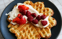 Breakfast at Annas (LaBohem) Tags: food breakfast berries cream hallon frukost br jordgubbar vfflor waffels frska
