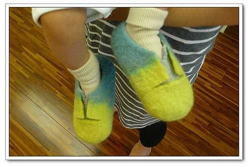 小孩穿大鞋