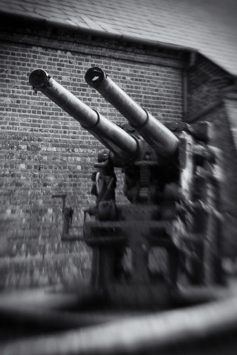 AA Gun, Exlosion Museum. Single Glass Optic f/4, Lensbaby Composer.