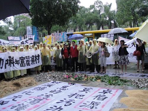 彰化縣500位蚵農10月5日颱風天北上抗議中科無法解決廢水問題。呂苡榕攝。