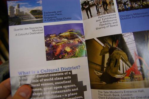 Quartier des spectacles de Montréal ! Dans le pamplet du 西九龍文娛藝術區 West Kowloon Cultural District à Hong Kong