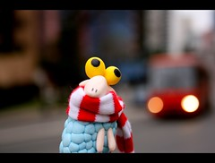 Sheep in the big city (Honey Pie!) Tags: street brazil bus brasil scarf toy brinquedo sheep bokeh stripes explore curitiba rua nibus redandwhite toyland redbus blackborder ovelha cachecol explored vermelhoebranco nibusvermelho bordapreta sheepinthebigcity lestras