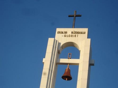 Stela cu clopotul şi crucea la Memorialul de la Şerpeni