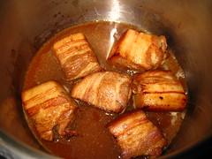 豚肉を煮詰めます