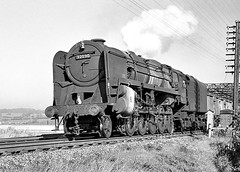 BR 9F no.92090. Rugby (GC line). 12 October 1963 (ricsrailpics) Tags: uk bw rugby steam freight 1963 class9f windcutter greatcentralmainline exbr