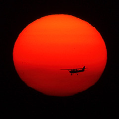 ~ Plain Foto ~ (ViaMoi) Tags: sunset sun canada airplane ottawa flight privateplane ottawaairport viamoi