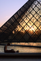 Sunset Reader / Lectrice au Couchant (Yann Le Biannic) Tags: sunset pyramid louvre pyramide couchant