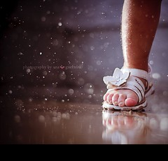 Anyone who says sunshine brings happiness has never danced in the rain.  ~Author Unknown (* Ana.Guerrero *) Tags: water rain canon foot 50mm toes sofia bokeh 22months 40d