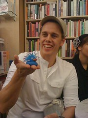 Andreas Klinger mit dem Literatur Tweeter Maskotchen