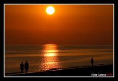 PASEANTES Y PESCADOR (DIAZ-GALIANO) Tags: espaa sun sol canon atardecer spain malaga pescador 30d theunforgettablepictures diazgaliano