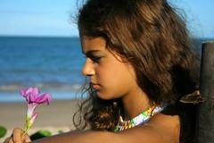 Rosa Alvarinha (Fabiana Velôso) Tags: água mar olhar areia flor rosa criança menina rosto duetos comadrefulozinha fabianavelôso alvarinha maninadomar