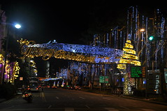 Glitzy Christmas by the Bay (Eustaquio Santimano) Tags: road lighting christmas xmas city bridge decorations beach by chijmes shopping bay singapore centre north decoration stamford 2009 raffles bras basah glitzy flickrdiamond