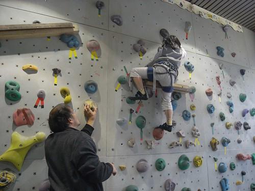 katharine娃娃 拍攝的 6教練指導攀爬抓點。