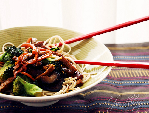 Mid-week cooking - Spicy stir-fry whole-wheat noodles with tempeh and vegetables