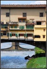 Ponte Vecchio (Florencia, 30-6-2009) (Juanje Orío) Tags: barcas florencia italia agua 2009 patrimoniodelahumanidad whl0174 reflejo barco puente arno río