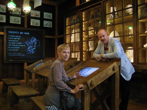 Corien & ik replica van tekenlokaal waar Vincent van Gogh op de HBS les kreeg
