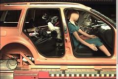 Lyže a sáňky uvnitř auta se při nárazu promění v nebezpečnou lavinu