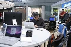 Els professionals del CitiLab enfeinats amb l'organitzaci (Citilab-Cornell) Tags: barcelona diagonal lilla breakout