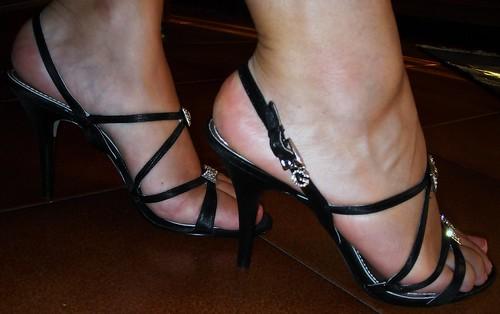 Alice indossa i suoi sandali Guess