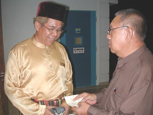 Cikgu Ahmad Solhan di pintu masuk