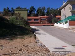 Pavimentació d'una vorera al veïnat de la Codina.