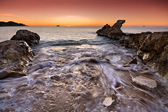 """segundos antes"" (natalia martinez) Tags: sol mar amanecer lee natalia martinez rocas sigma1020"