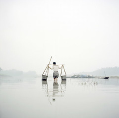 fog river (wang yuanling) Tags: china color water fog rolleiflex river kodak documentary farmer yangtzeriver rolleiflex28f subjective pro160
