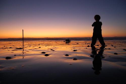 フリー画像| 人物写真| 子供ポートレイト| 外国の子供| 少年/男の子| 後ろ姿| 夕日/夕焼け/夕暮れ| ビーチ/海辺|    フリー素材|