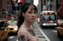[フリー画像] 人物, 女性, 街角, アメリカ人, 刺青・タトゥー, 201106090900