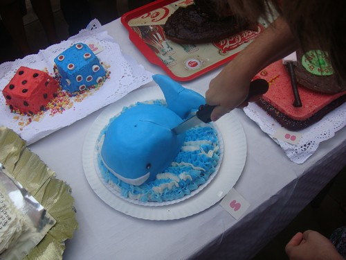 Elena repartiendo el pastel ganador