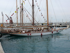 Tuiga attend son tour pour la sortie du port Lympia (denis6181) Tags: nice septembre denis 2007 tuiga portlympia rgatesroyales2007
